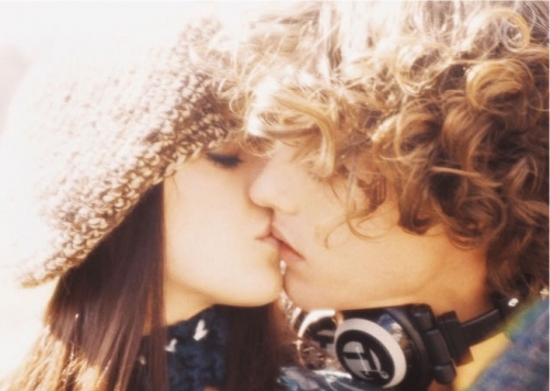 boy, couple, curls, curly hair, cute, ellen von unwerth, fashion, fotografias roubadas, girl, head phones, killah, kiss, kissing, kjaerlighet, love, lovers, park, photography, romantik, sweet kiss, touch, twilight, youth
