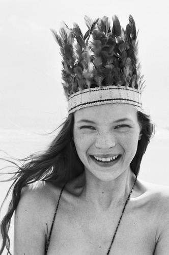 1990, cocar, crown, fashion, freckles, girl, kate moss, model, penacho!, photo, photography, portrait, pretty, queen, smile, sorriso, style, woman