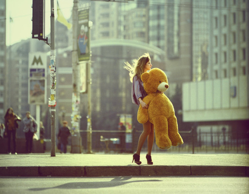 bear-big-teddy-bear-city-fashion-girl-high-heels-Favim.com-48714.jpg (500×389)