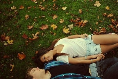 couple grass holding hands laying leaves love Favimcom 67115 - Ey a�k gir kan�ma..