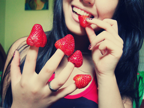 cute, fingers, food, hand, love, morango, red, smile, strawberry, sweet