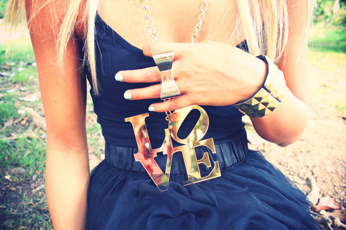 black, blonde, bow, chain, fashion, girl, style, ring, nails, studs, love, tank, top, skinny, gold, skirt